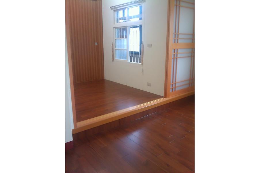 高極地板產品 高極地板的產品是從一根緬柚原木開始做起,公司的產品有樓梯板材. 門斗板材. 地板板材. 木薄片板材. 指接板材等,從選材. 製材. 分類,每一個作業流程堅持以嚴謹態度面對,不容輕忽。 高極服務項目 實木地板、柚木地板、複合式地板、耐燃木地板(壁板)、合板、合板飾品、材料批發零售,以及一般的工程施工。